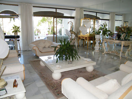 For Sale at 840,000 Euros. Located just a few minutes walk from all of the Puerto Banus, shops, boutiques, bars, restaurants, beaches and Paddle Tennis. By Car: - Golf course: 5 mins. Malaga Airport: 40 mins. John Neville Cohen.